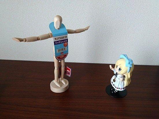 キューポッシュのアリスとダイソーのデッサン人形