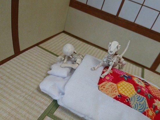 和室とスマホのおふとんとポーズスケルトン