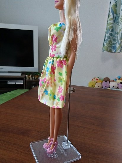 ラブリーリンちゃんの服を着るバービー