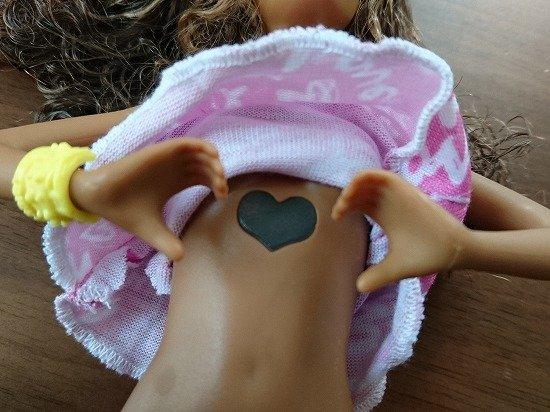 胸元がハート型に光るバービー