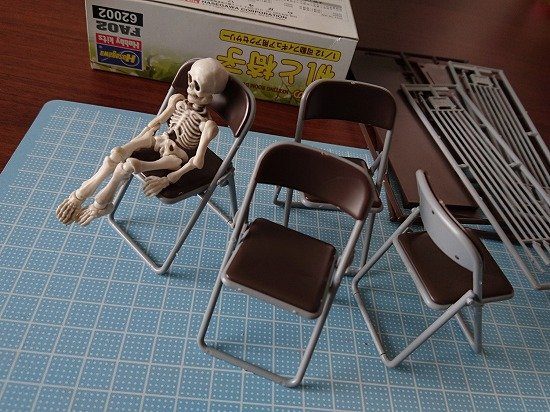 1/12サイズのプラモデルキット ハセガワ 机と椅子